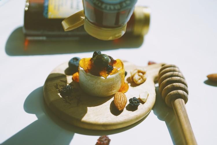 샹달프 꿀을 올린 미니 까망베르치즈